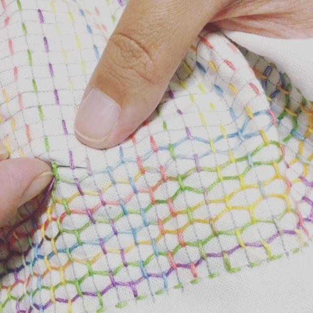 糸かけ開始! 糸を引っ張りすぎないようにがコツです! ⚠︎リポストお断りしております #sashiko#刺し子#花ふきん#花布巾#handwork #手仕事のある暮らし#刺し子のある暮らし#暮らし#記 - uchicosashico