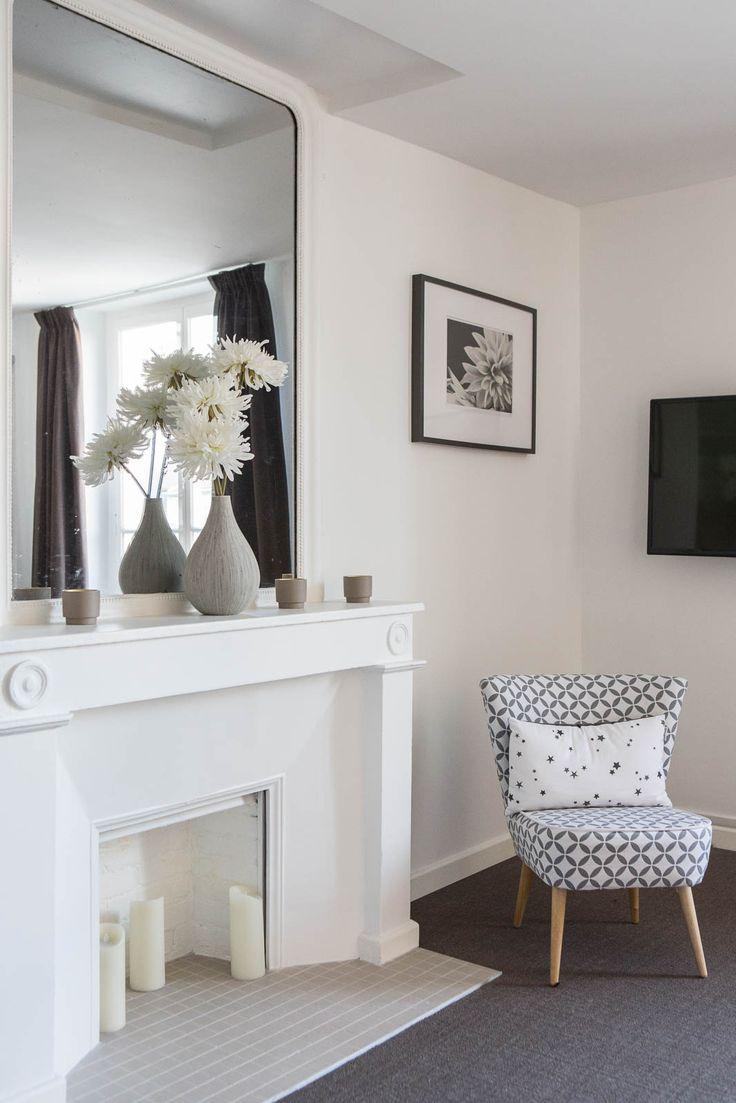 Le charme d'une cheminée à l'ancienne : Un appartement blanc comme neige - Journal des Femmes