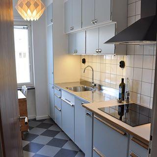 Någonstans i Uppsala: Ännu ett fantastiskt fint funkiskök byggt på metodskåp från IKEA. Luckorna är lackerade i den populära gråblå kulören NCS S2005-B50G. Diskbänk i rostfritt från @decosteel och bänkskiva i ljus virrvarr med teakkanter i classic utförande. Tickabeslag på luckor, teakbetsade eklister på lådfronter. Marmoleumgolv från Forbo. Kakel 15x15cm. Vitvaror från IKEA. #järfällakök #funkis #funkiskök #retro #retrokök #retrokitchen #köksrenovering #kök #ticka #teak #virrvarr #perstorp…