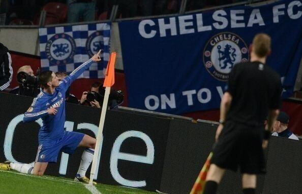 "Fernando ""Niño"" Torres celebrando su anotación frente al Benfica."