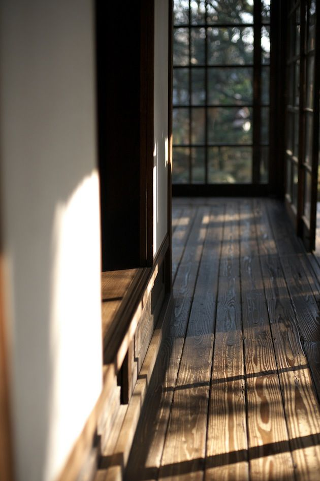 Wabi sabi, gedempte kleuren, geen zwart & wit, geen metaal of blinkende materialen, geen glas,