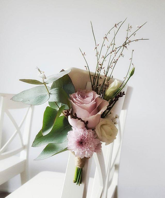 Stoel decoratie 🌷🌹🏵🌿 #boeket #boeketje #bloem #bloemen #bloemist #bruiloft #stoel #bloemdecoratie #decoratie #trouwen #bruid #locatie #creating #styling #styliste #bloemstyliste #floraldesign #wedding #bouquet #marriage #little #lovely #flower #flowers #instagramflowers #chair #chairdecoration #hartemeisjes #bloomyourheart