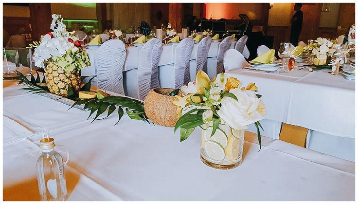 Hochzeits Dekoration mit Karibik Konzept. Wir haben Früchte wie Ananas, Zitronen und Limetten genutzt und mit Blumen kombiniert. So entstand ein außergewöhnliches Karibikfeeling auf der Hochzeit. www.annatews.de