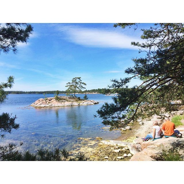 Den heutigen Nationalfeiertag haben wir typisch schwedisch gefeiert, mit einer Outdoor Fika. 😋 Im Naturreservat Stendörren sind verschiedene Schäreninseln mit Hängebrücken verbunden. Man wandert so lange über die Klippen und durch kleine Wäldchen, bis man seinen persönlichen Traum-Fika-Platz gefunden hat und lässt sich da einfach nieder. Hier und da gibt es sogar superpraktische Grillplätze. Herrlich!