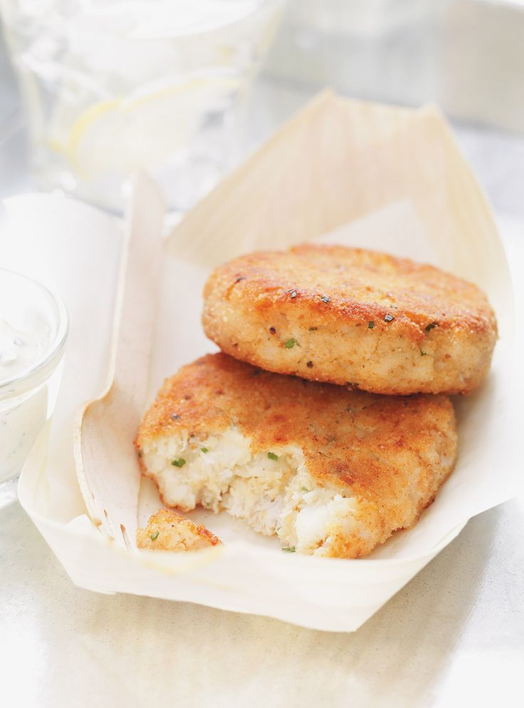 Recette de galettes de poissons Fishcakes de Ricardo. Délicieuse recette de poisson. Mélanger les poissons, les pommes de terre, la chapelure, la ciboulette, l'oeuf, la moutarde, le jus de citron et le raifort.