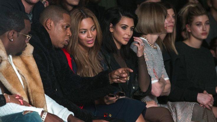 SAMMEN PÅ MOTESHOW: Beyoncé og ektemannen Jay Z sammen med Kim Kardashian på Kanye West sin motevisning for høsten i 2015.