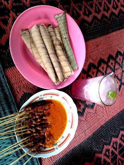 Sate Bulayak + Es Kelapa Muda Suranadi #kulinerlombok