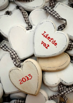 Liefdevol houten hartjes, lovely wooden hearts. Text can be changed, available as card on Kaartje2go - Creagaat kerst
