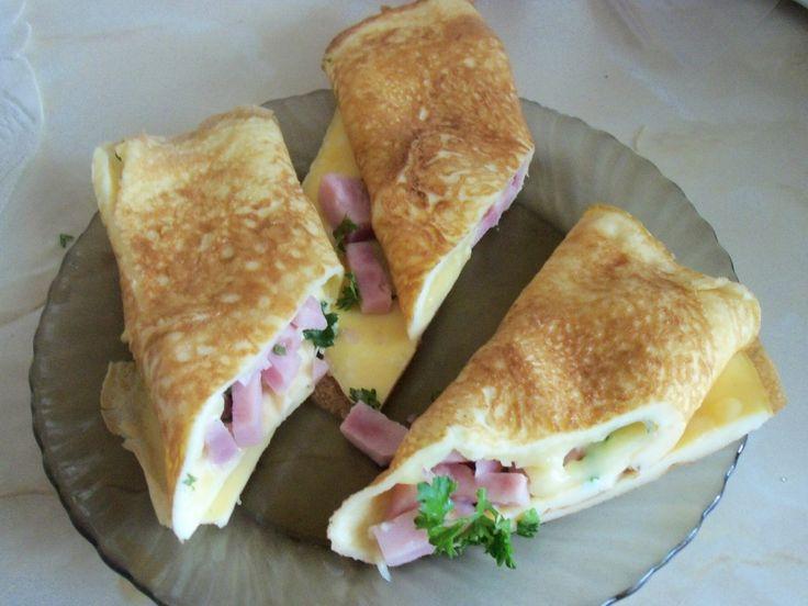 Rychlé a chutné. Srolovaná omeleta se šunkou, tvrdým sýrem a čerstvými bylinkami. Dobrou chuť!