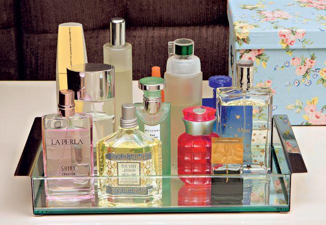 Nunca coloque os frascos de perfume no banheiro, por causa do vapor do chuveiro e da umidade natural do ambiente, que estragam o aroma. Reúna todos em uma bandeja e deixe-os expostos sobre uma mesa ou cômoda no quarto, em local que não tenha incidência direta de luz solar.