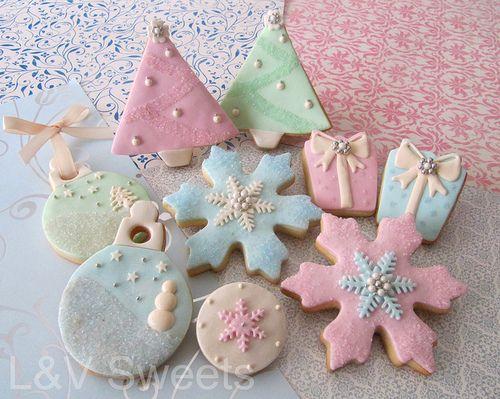 Noël pastel cookeis with royal icing decoration..so pretty.  ~l'Art de la Curiosité!