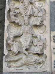 San Lorenzo a Genova. Sul piedritto un'analoga composizione verticale raffigura l'albero di Jesse.