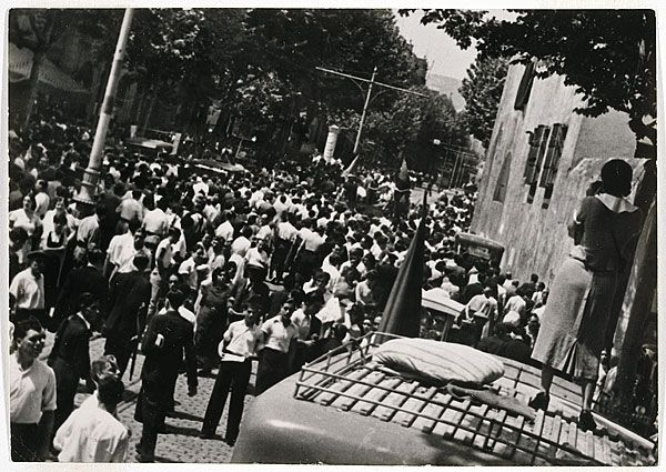 Margaret MICHAELIS Austria 1902 – Australia 1985 Movements: Australia from 1939 The funeral of Durutti, Barcelona 1936 [The funeral of Durutti, Barcelona 1936. La guerra civil] 1936 gelatin silver photograph (glossy paper) image 11.9 h x 16.9 w cm Gift of the estate of Margaret Michaelis-Sachs 1986 Accession No: NGA 86.1384.12