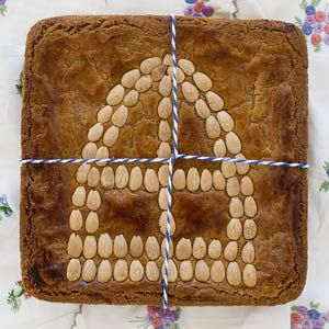 Gingerbread filled with almondpaste. Once you have tried it you can not get enough of this. This treat is normally only available during the holidays which starts at December 5th Sinterklaas. Recept - Gevuld speculaas met amandelmijter - Allerhande
