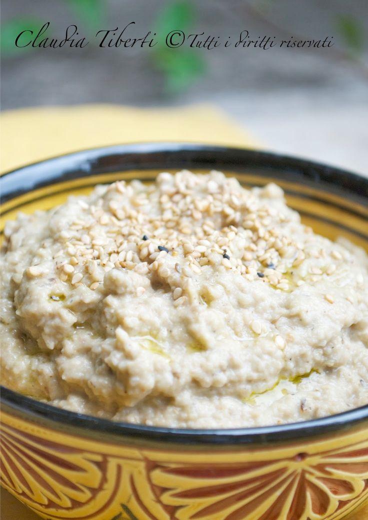 Adoro le melanzane e adoro questa crema!!!! Il Babaghanoush (o baba ghanoush) è una crema mediorientale di melanzane simile all'hummus infatti hanno in comune la tahina ma invece dei ceci qui ci sono le melanzane. E' molto popolare in tutto il Medioriente e nella cucina libanese. La prima volta che lo assaggiai fu in un ristorante libanese in Piccadilly Street a Londra come accompagnamento dei falafel e me ne innamorai subito. Confesso che da una certa dipendenza, siete avvertiti...