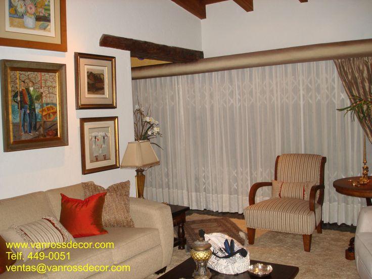 Cortinas de tul en estilo pestaña americana, acompañado de paños decorativos de seda y cenefa tapizada en seda