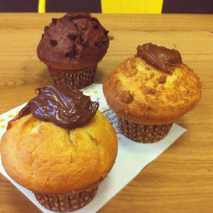 """Fêter / Réconforter  => nos muffins ont une double fonction aujourd'hui pour nos chers lycéens ! On espère que c'est plutôt """"fêter""""  #columbuscafé#coffeeshop#bac#resultat#baccalaureat#bachelier#yummy#yum#miam#muffin#gourmandise#chocolat#speculoos#reconfort#bacheliers#mention#muffins#muffincoeur#pepite"""
