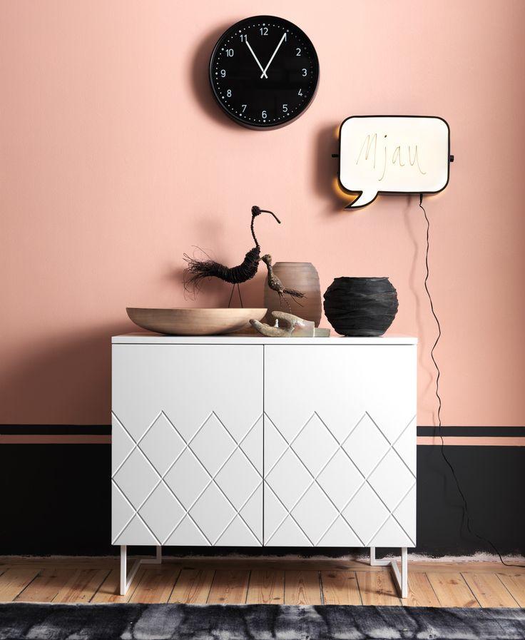 A parede rosa faz fundo para uma combinação moderna e divertida.