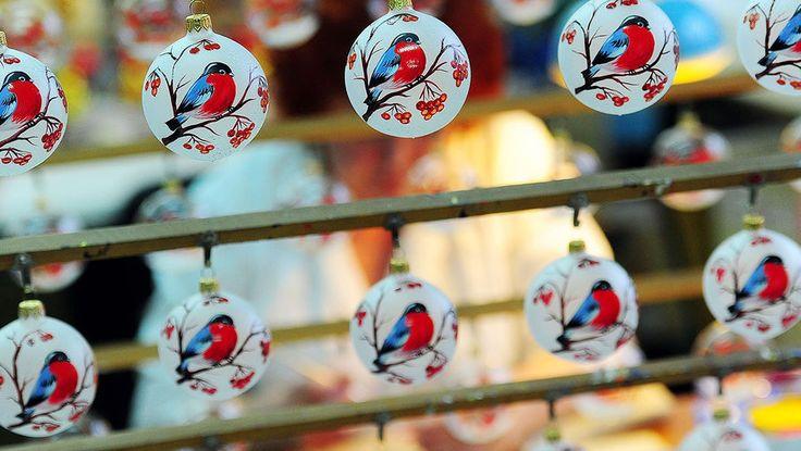 Обычай наряжать зеленую елку появился в России лишь в 70-х годах позапрошлого века. Первые елочные украшения, как и дед Мороз, прибыли из-за границы: из Германии в Россию привозили хрупкие стеклянные шары, символизировавшие красные и зеленые яблоки на «древе познания». В конце ХIХ века елочные игрушки делали в основном кустари, но в начале ХХ производство уже было поставлено на промышленные рельсы. В СССР первые стеклянные новогодние...