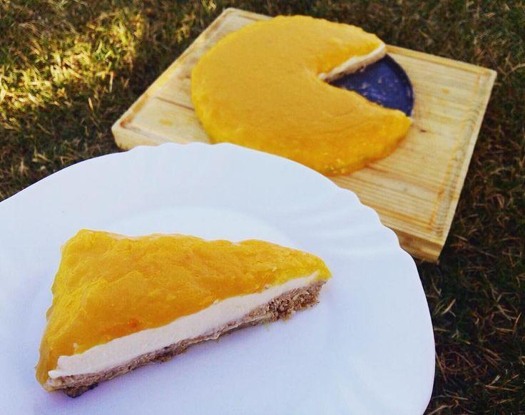Môj nepečený pomarančový cheescake ��☺️☺️ 1kúsok až 10g bielkovín ����a veeeľa vitamínu C ���� recept : •1vrstva: pomleté vločky 150g, vlašské orechy 50g, lieskové 25g, rotopené maslo, sladidlo •2 vrstva: 500g tvarohu vymiešaného s medom •3 vrstva: 4pomaranče(rozmixované), toto pyré povaríme s troškou medu a zahustíme škrobom vymiešaným vo vode, kým nebude také husté ako puding :) •Navrstvíme a dáme stuhnúť do chladničky, potom u len jeme !��…