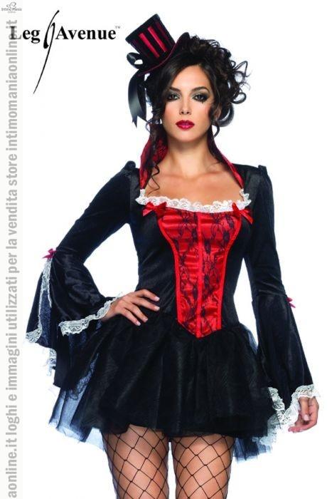 Leg Avenue, costume e travestimento per halloween da vampira tentatrice modello transylvania temptress. Il costume in colore nero in ciniglia al centro del corpetto è decorato da tessuto in colore rosso con dei ricami in pizzo nero, la gonnellina in tulle corta in unico pezzo ha effetto ondulato. Le maniche del vestito e il bordo superiore del corpetto riportano del pizzo bianco, sono presenti anche dei fiocchi rossi a decorazione.