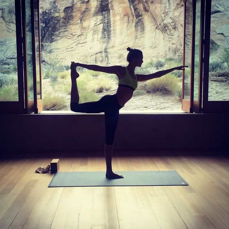 Karlie Kloss jest wielką fanką tańca - jako dziecko trenowała balet. Na swoim Instagramie modelka promuje ćwiczenia z użyciem ciężaru własnego ciała wspomagając się piłkami gimnastycznymi, steperem oraz maszynami do rozciągania. Udowadnia, że nie trzeba chodzić na siłownię, by mieć piękne ciało, a swoimi zdjęciami zachęca do ćwiczenia pilatesu i praktykowania jogi oraz kardio w postaci np. roweru stacjonarnego.