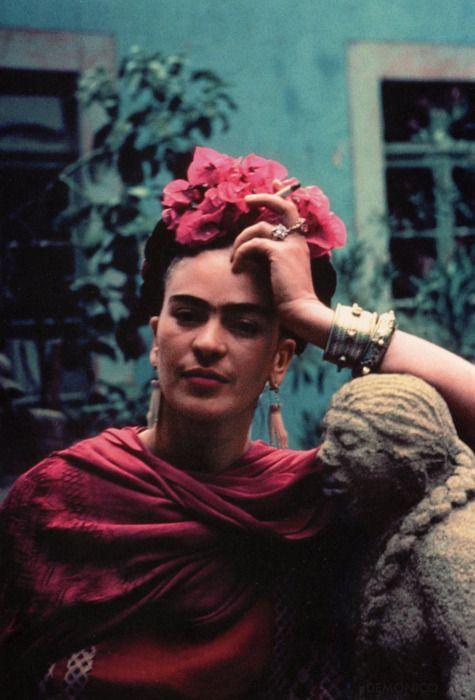 Frida Kahlo  https://vieuxneufrecycle.wordpress.com/2015/11/06/icones-de-mode-frida-kahlo/