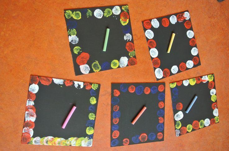 * Dik karton met schoolbordverf  beschilderen. Een randje eromheen stempelen met acrylverf. Krijtje erbij én mama kan maar schrijven! Schoonmaken kan met een nat doekje. Veel plezier ermee!