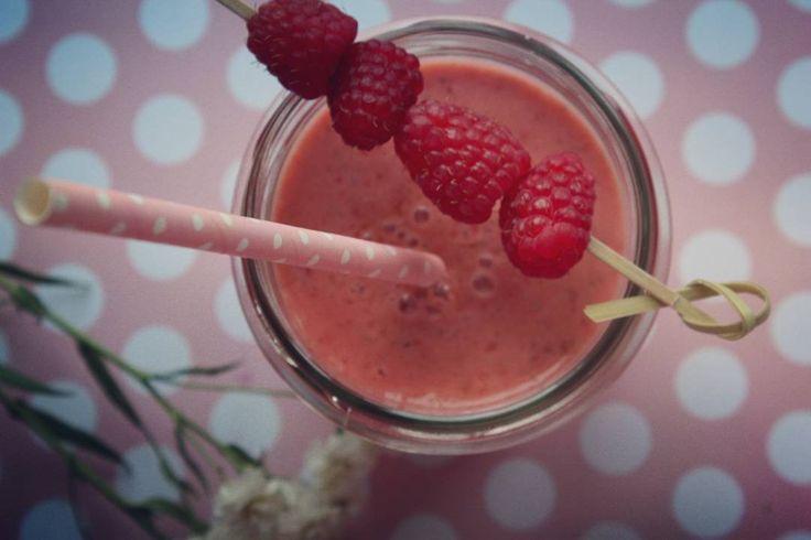 летний смузи: клубника ряженка кокосовый сироп и красивая соломинка.