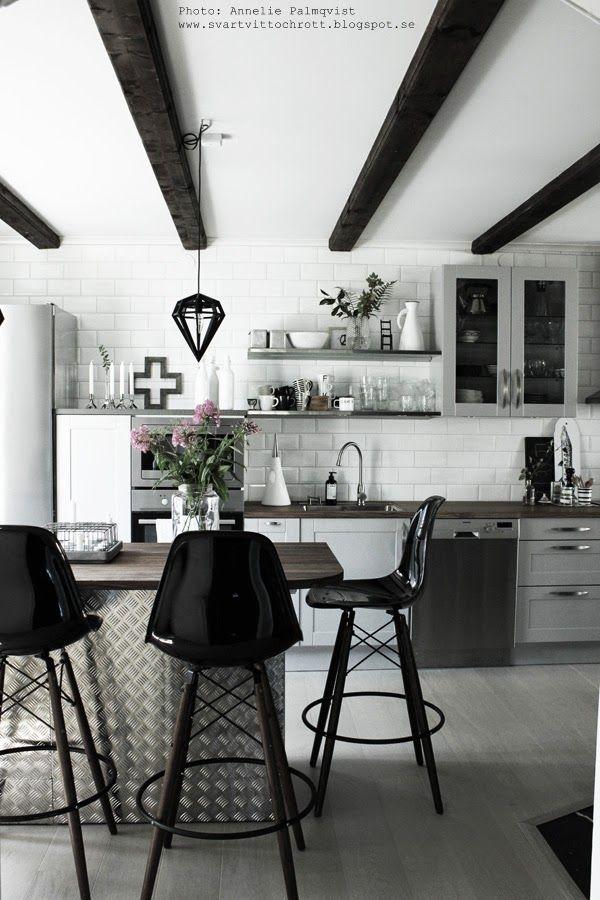 industristil, kök, köket, kökets, vitt och svart, svartvitt, svartvita, grått, gråa köksluckor, hth, kors, ljusstakar, döden lampa, taklampa, svarta, vita, barstolar, köksö, blommor