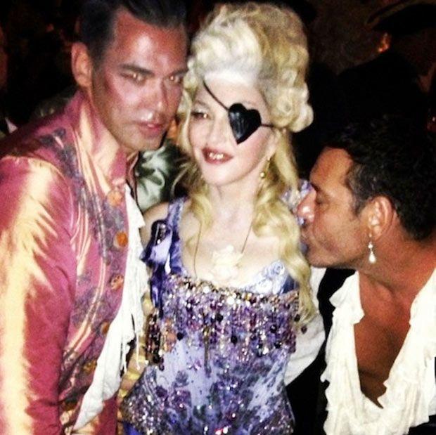 #Madonna ha compiuto 55 anni: per il suo mega #party di #compleanno ha imposto il #dresscode settecentesco. Lei indossava una #parrucca stila Maria Antonietta e una #benda a forme di cuore sull'occhio sinistro.