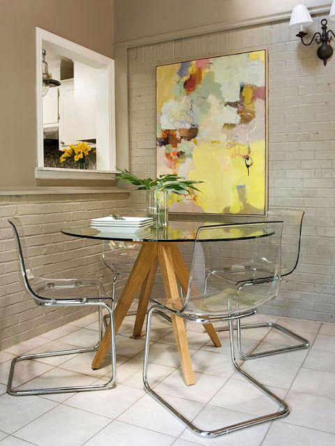 mesa e cadeiras transparentes
