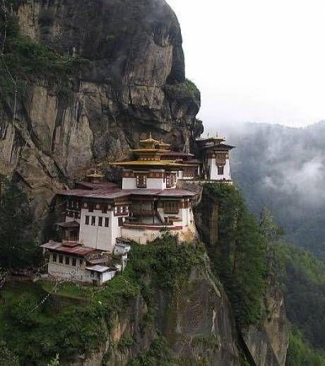 Photo : Le monastère de Taktshang est un monastère bouddhiste situé au Bouthan. Construit sur une falaise à 3120 mètres d'altitude, et 700 mètre au dessus de la vallée de Paro - Gentside