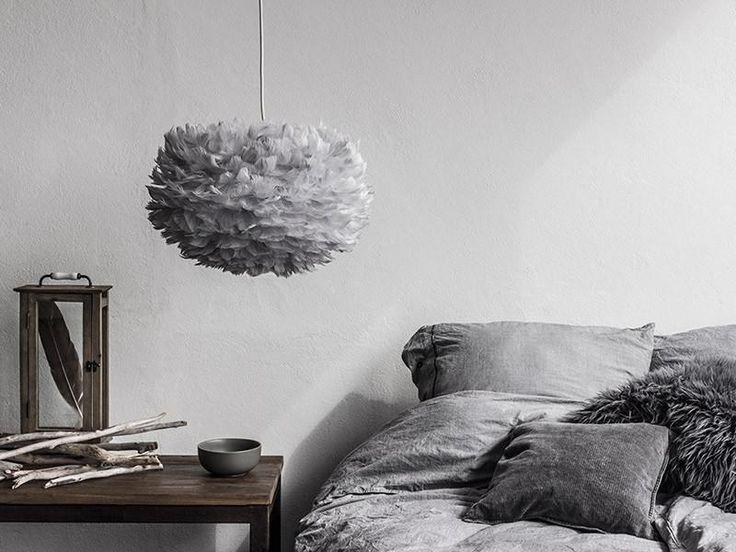 Lámpara de plumas en tono gris.