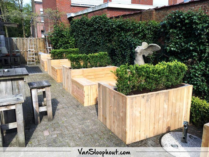 Loungesets met ingebouwde plantenbakken. #loungeset #tuinmeubel #terras #douglas #horeca