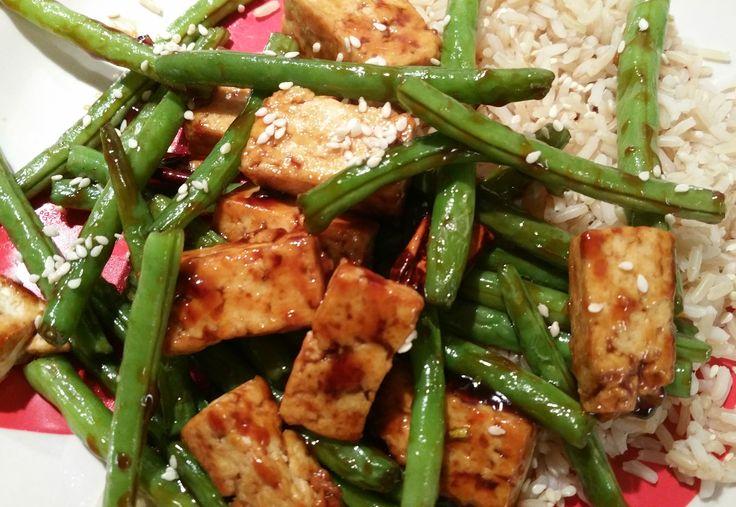 Een makkelijk en erg lekker roerbak-maaltje is dit, met knapperige tofu en sperziebonen in een Chinese zoete soja-knoflooksaus! Het recept komt van het kookblog van Alissa Saenz, Connoisseurus Veg.