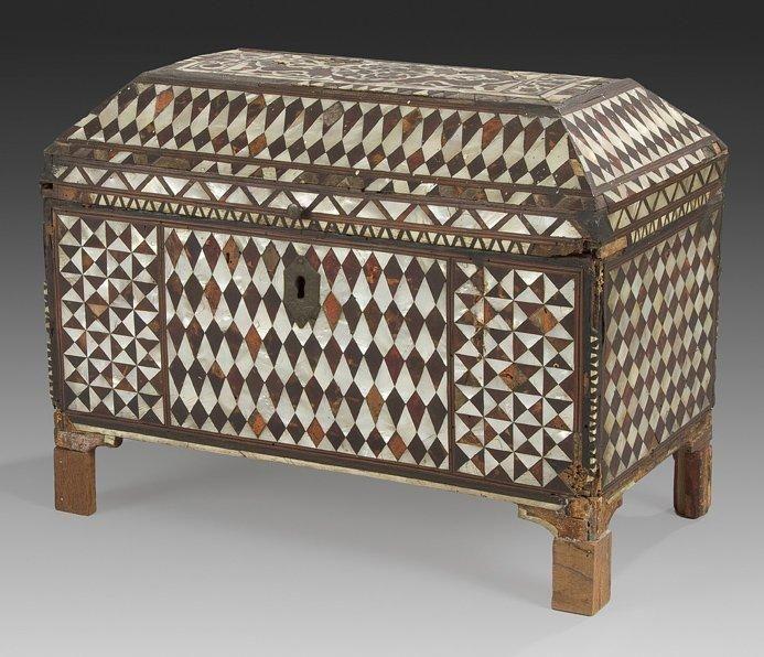 Cabinet à décor de nacre, Empire ottoman, XVIIIe siècle Cabinet sur quatre pieds à couvercle pyramidal, en bois incrusté d'écaille de tortue...