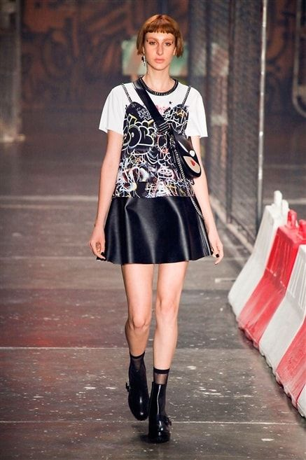 Ellus 2nd Floor - jupe cuir t-shirt blanc et débardeur motif superposé