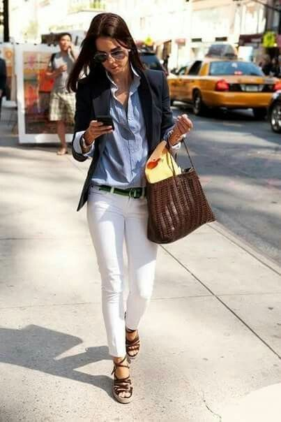 Working women - pantalon blanc - sac marron - chemise bleue - sandales d'été