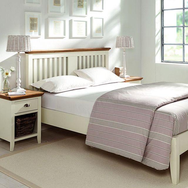 Cama doble de madera maciza de roble y tablero MDF con un diseño con las clásicas formas de la campiña inglesa. Perfecta para un colchón de 150 x 200 cm.