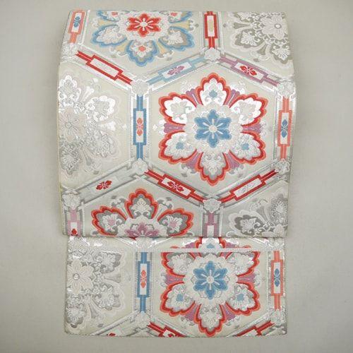 White silk fukuro obi / 控えめに施した古典柄が格調高いたたずまいの袋帯   #Kimono #Japan http://global.rakuten.com/en/store/aiyama/