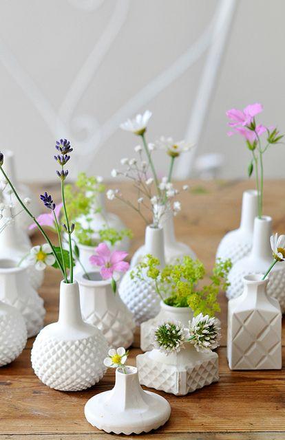 Vases céramiques et fleurs de printemps.