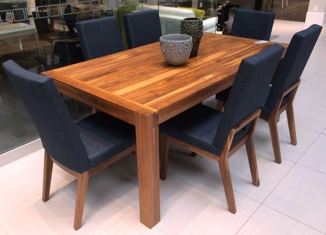 Les chaises l a et sol pr sent s avec la table sim en - Table et chaise en pin ...