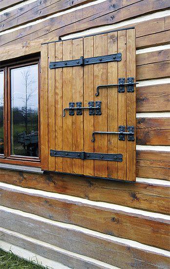 Bytelná skládací okenice, jejíž díly jsou spojeny kloubovými závěsy a vybaveny pevnými kovanými zástrčemi