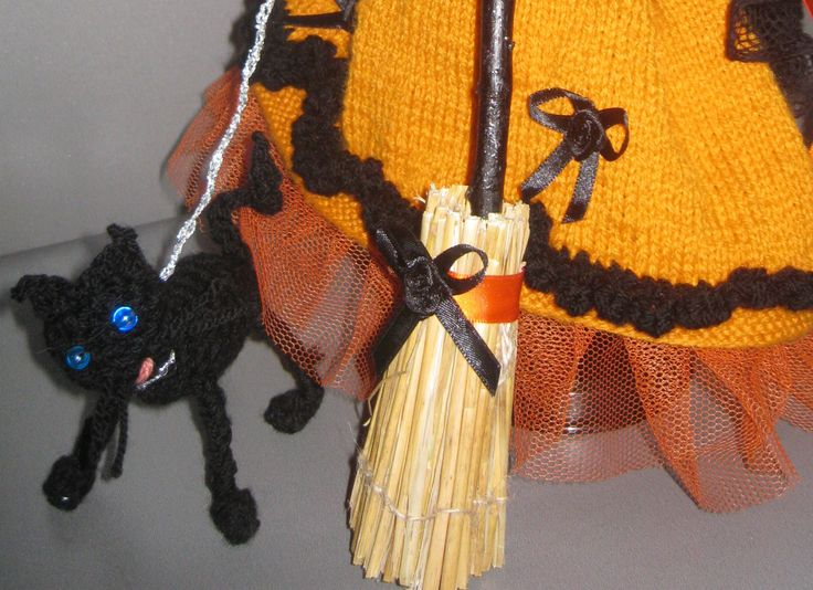 balai et chat sorcière barbie http://tricotdamandine.over-blog.com/article-ma-sorciere-d-halloween-2011-88156231.html