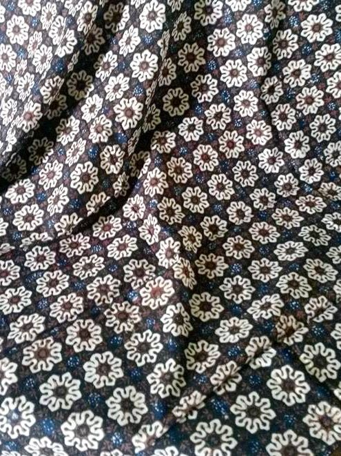 Private Collection of Lisa. Batik Bantul Jogya, ciri khas nya ada warna Indigo samar2 ditengah warna dominan Black Coffee Corak: Ceplok Cempaka Mulya  Kain: Primis