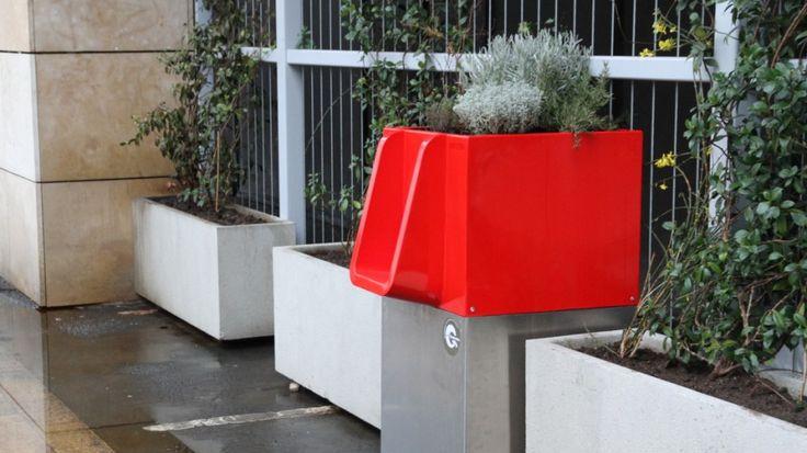 In Deutschland droht eine Geldstrafe - in Paris bekommen Menschen, die sich gern in der Öffentlichkeit erleichtern, jetzt Unterstützung durch hochmoderne Blumenkübel. www.uritrottoir.com