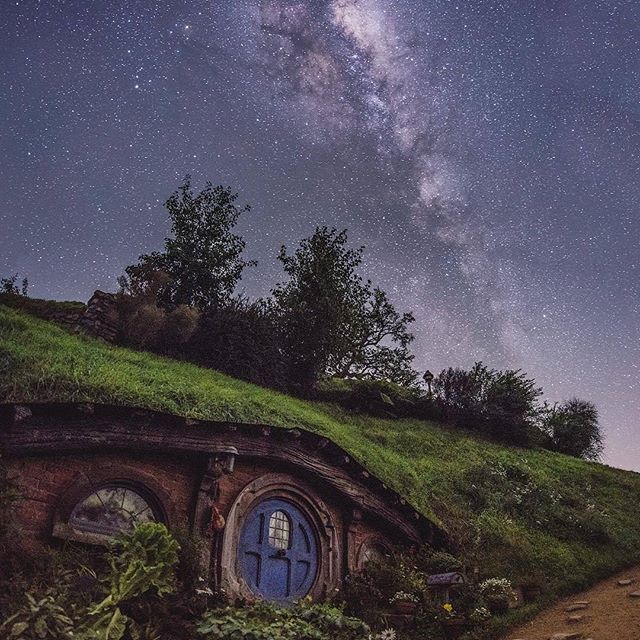 A wonderful night in the Hobbit House in New Zealand. Sweet dreams!  l #PageVibe l © @shaun_jeffers // Uma maravilhosa noite na Casa dos Hobbit's na Nova Zelândia.