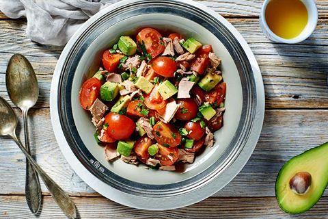 Nie wiesz, co zrobić z awokado? Smaczny przepis na sałatkę z tuńczykiem oraz pomidorami znajdziesz na portalu Kuchnia Lidla!