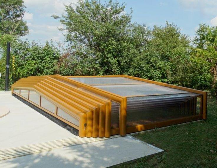 Abri bas de piscine coulissant de couleur ocre-brun installé à Villefranche-Lauragais